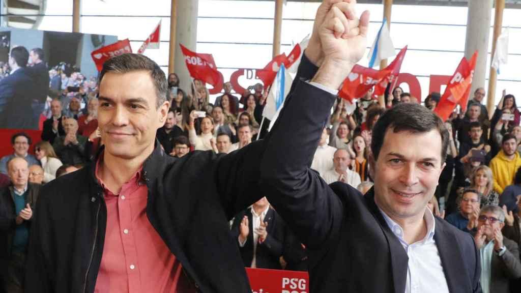 Pedro Sánchez y Gonzalo Caballero, candidato del PSOE a la Xunta. Efe