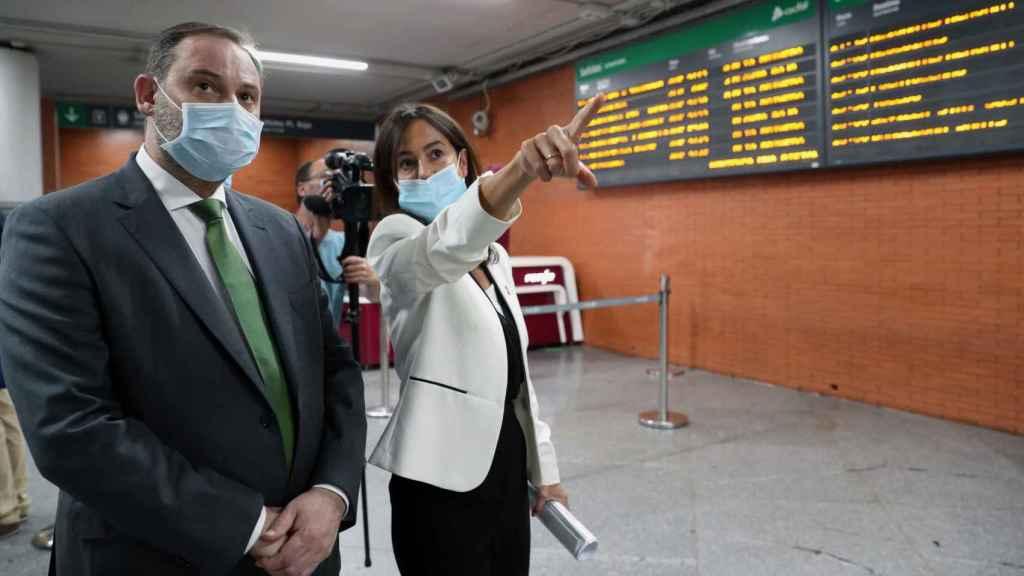 El ministro de Transportes, José Luis Ábalos, con la presidenta de Adif, Isabel Pardo de Vera