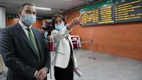 El ministro de Transportes, José Luis Ábalos, junto a la presidenta de Adif, Isabel Pardo de Vera. (EFE)