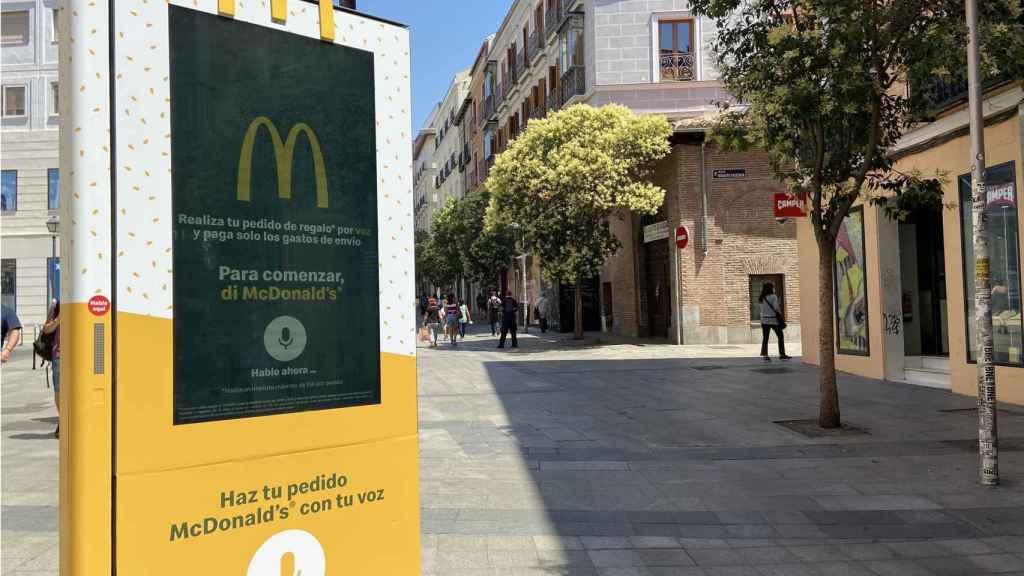 Mupi de voz de McDonald's en Madrid.