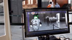 Imagen de un puesto de análisis de temperatura y mascarillas que ya está en funcionamiento en la estación de Atocha.