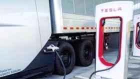 El camión eléctrico Tesla Semi conectado a un 'Megacargador'