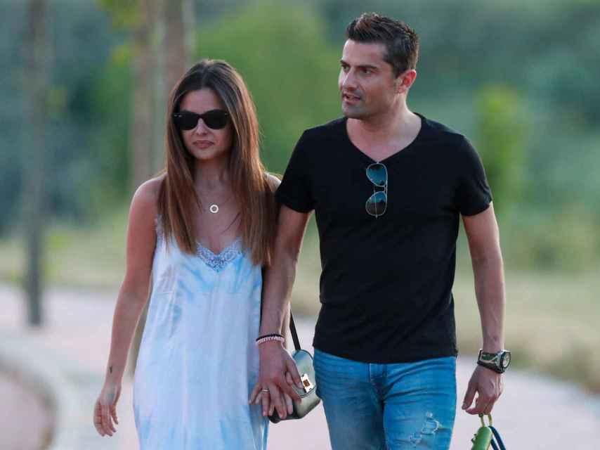 Alexia Rivas y Alfonso Merlos dando un paseo cogidos de la mano.