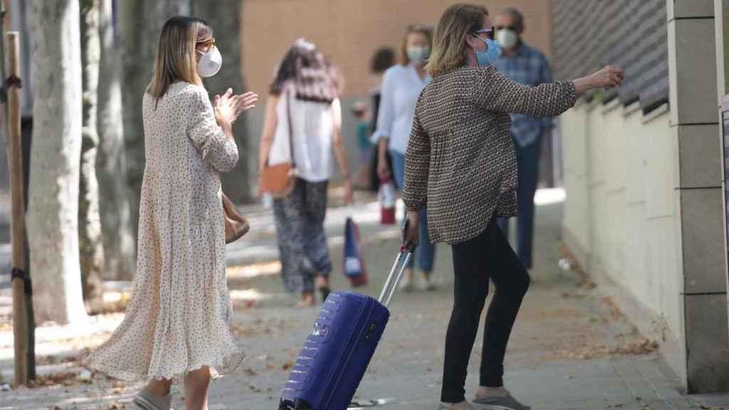 Alba Santana llegando a casa de su madre junto a su tía Concha.