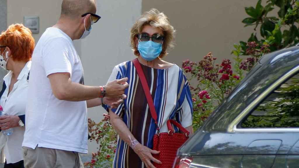 Mila Ximénez saliendo de casa de Teresa junto al chófer de esta, Gustavo.