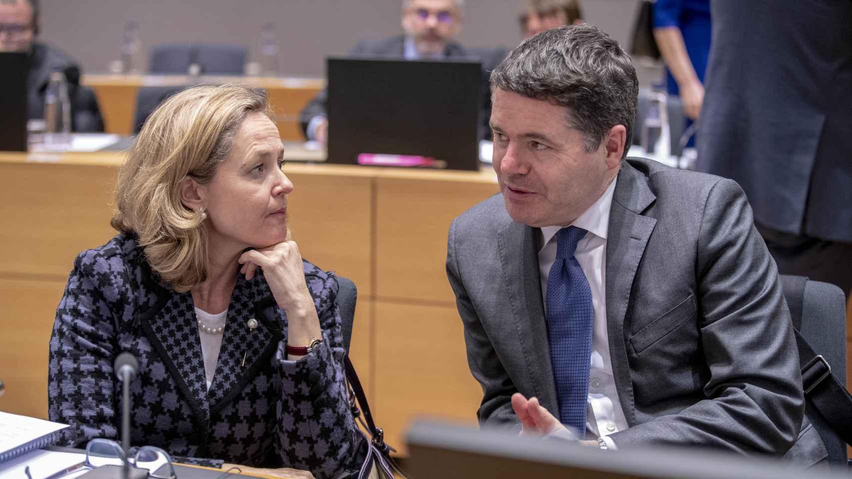 Calviño conversa con el ministro irlandés de Finanzas, Paschal Donohoe, durante un Eurogrupo
