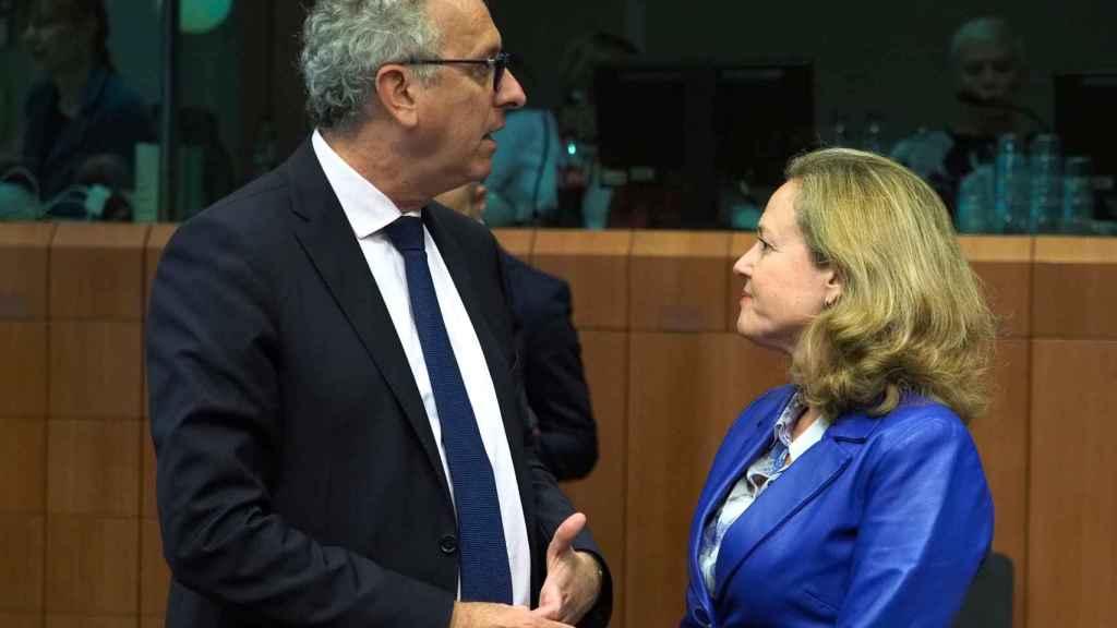 Calviño conversa con el luxemburgués Gramegna durante un Eurogrupo