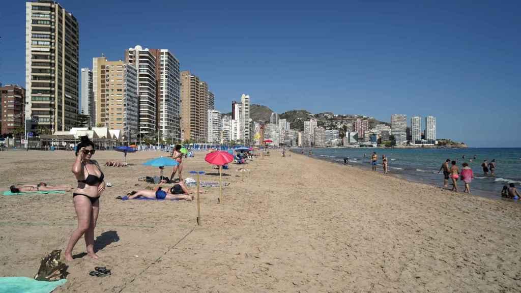 Bañistas en la playa de Levante, Benidorm.