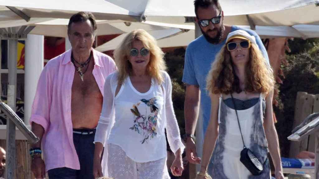 Manolo Segura junto a Carmen, Borja y Blanca Cuesta en Formentera.