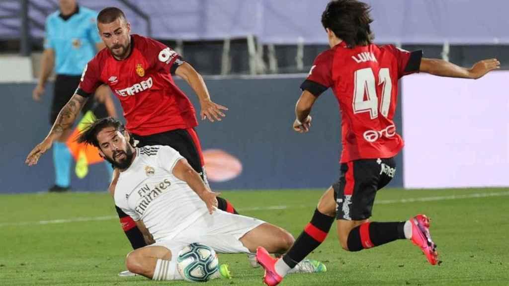 Luka Romero ante Isco, durante su debut en La Liga