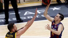 Thomas Heurtel ante Fran Guerra, en el Barcelona - Iberostar Tenerife de la ACB