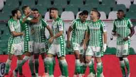 Piña de los jugadores del Betis para celebrar el gol de Bartra ante el Espanyol
