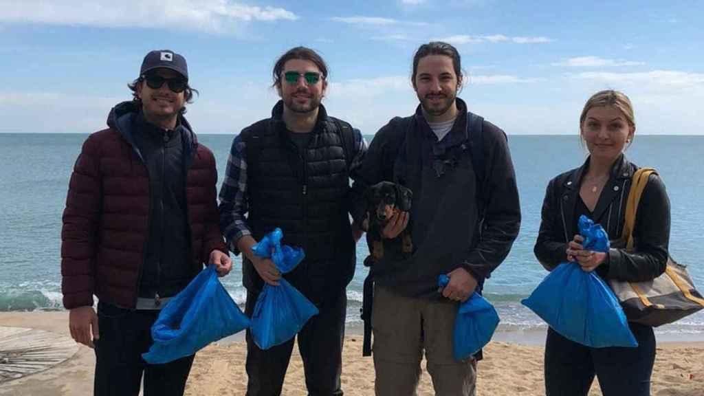 El equipo de investigación de Oimo en la Barcelona recogiendo materiales plásticos.