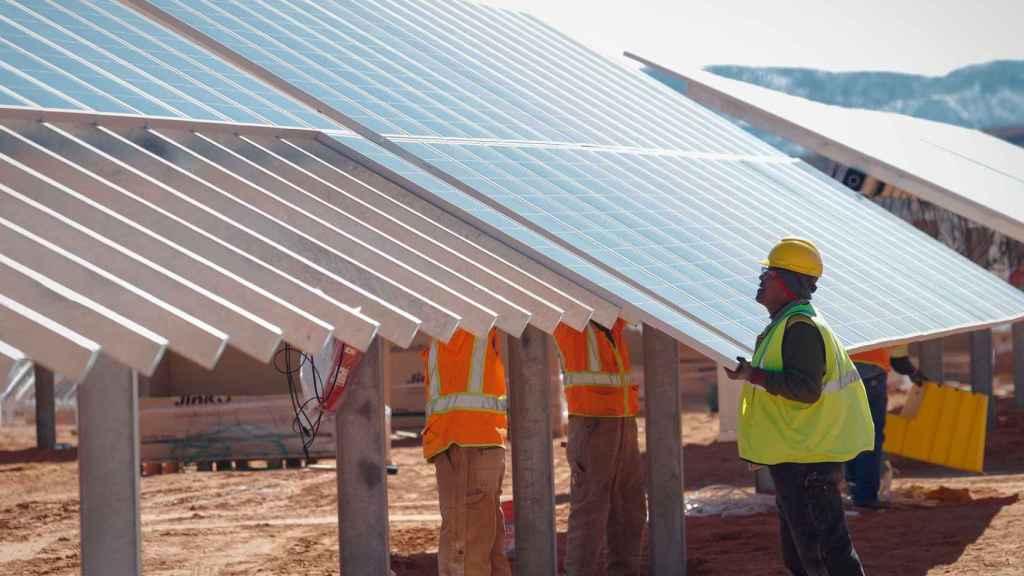 Un operario en un parque solar de Soltec.