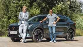 El responsable de Cupra, Wayne  Griffiths, y el piloto Jordi Gené junto al Cupra Formentor.