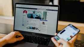 Facebook en un ordenador y en un móvil.