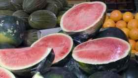 Cuando se corta a la mitad la sandía, se romper la protección natural de la fruta.