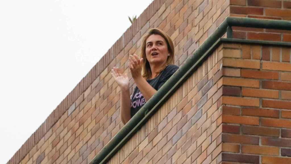 Carlota Corredera en su domicilio madrileño aplaudiendo a los sanitarios durante el confinamiento.