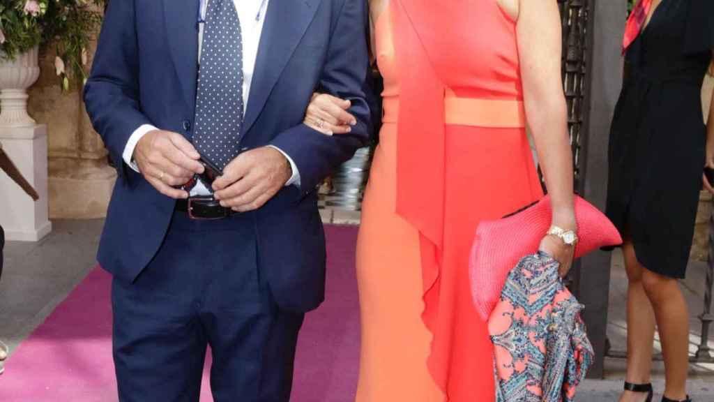 José Manuel Soto y su mujer durante la boda de Sibi Montes, hermana de Lourdes.