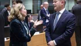 Nadia Calviño conversa con su homólogo alemán, Olaf Scholz, durante un Eurogrupo