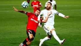 Sergio Ramos disputa un balón con Dani Rodríguez.