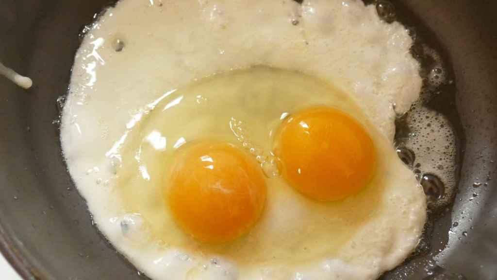 Una imagen de un huevo con dos yemas.