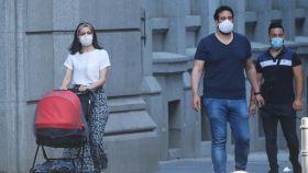 Inés Arrimadas paseando con su hijo y su marido, Xavier Cima.