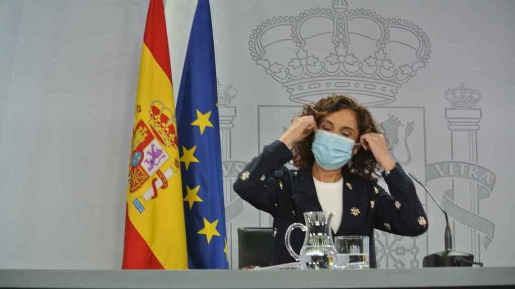 La ministra portavoz, María Jesús Montero, llega a la mesa de la sala de prensa del Consejo de Ministros.