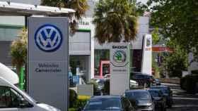Imagen de varios concesionarios de automóviles en Vitoria.