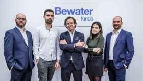 Ramón blanco, en el centro de la imagen, junto al equipo de Bewater Funds.