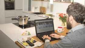 Una persona trabajando en la cocina de una casa en una imagen de archivo.