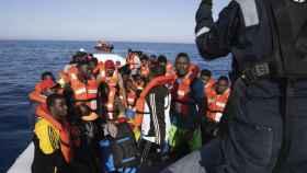 Cerca de 100 migrantes rescatados por Sea Watch a 30 km de la costa de Libia el 19 de junio.