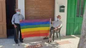 Dos vecinos de Villanueva de Algaidas sujetando la bandera LGTB