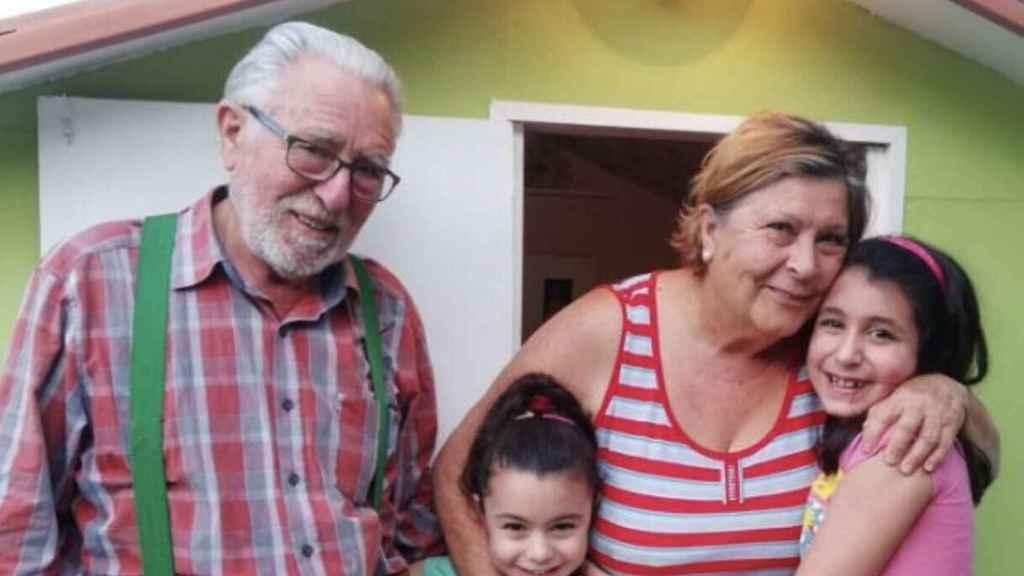 Ricardo y Mercedes con sus nietas delante de la casa que les han construido.