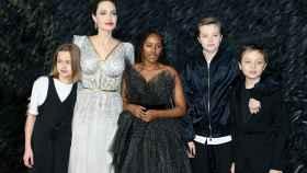 Angelina Jolie con cuatro de sus seis hijos.