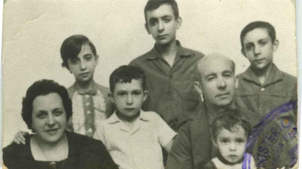 Félix Solís con sus padres y hermanos.