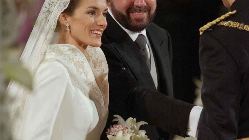 Jesús Ortiz, ejerciendo de padrino de su hijo en la boda de Letizia con Felipe VI.