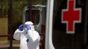 Personal sanitario llega al Centro de Acogida, Emergencia y Derivación de Cruz Roja, en Málaga.