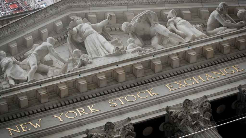 Un detalle de la fachada de la Bolsa de Nueva York, en Wall Street.