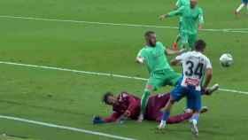 Posible penalti de Diego López sobre Karim Benzema