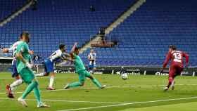 Casemiro empuja el balón a dentro de la red de la portería de Diego López