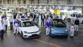 Imagen con el último coche de combustión salido de la fábrica de Volkswagen.
