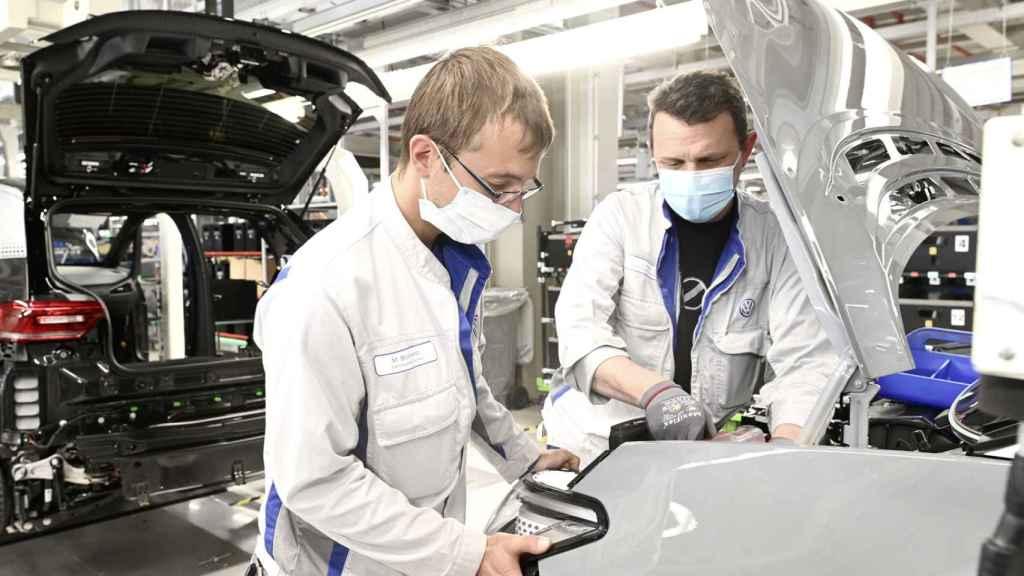 Operarios ensamblando el nuevo Volkswagen ID.3.
