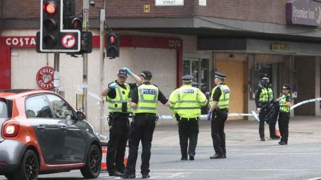Agentes de policía acordonan la zona del incidente de este domingo en Glasgow. EP.