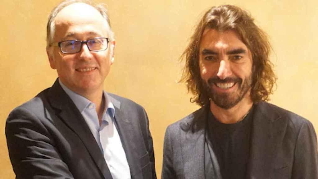 El presidente de Iberia, Luis Gallego, y el consejero delegado de Globalia, Javier Hidalgo, sellando el acuerdo de compra de Air Europa por parte de Iberia.