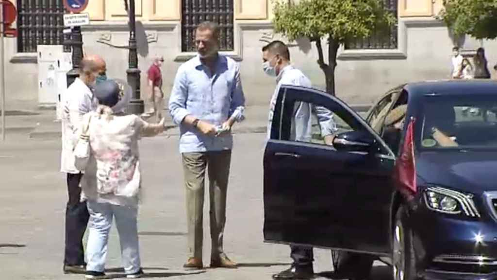 El Rey Felipe junto a su nuevo coche oficial.