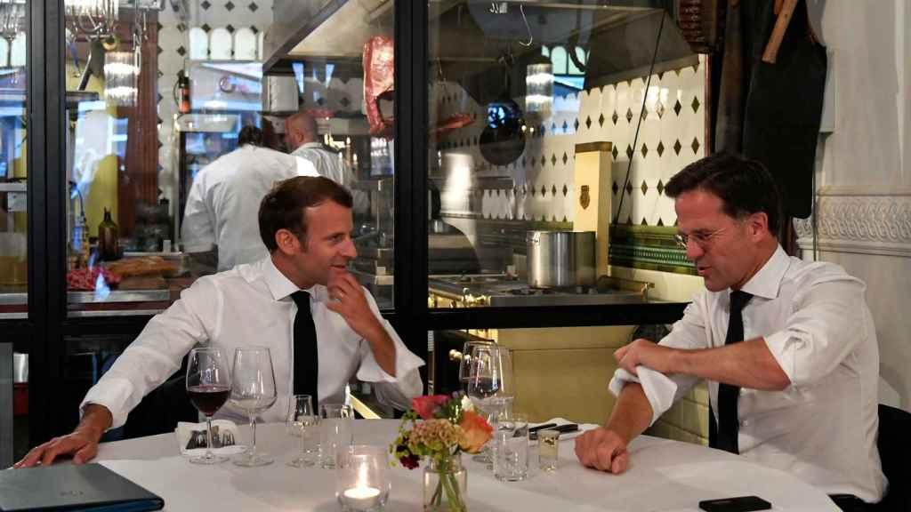 Emmanuel Macron se reunió con Mark Rutte en un restaurante de La Haya