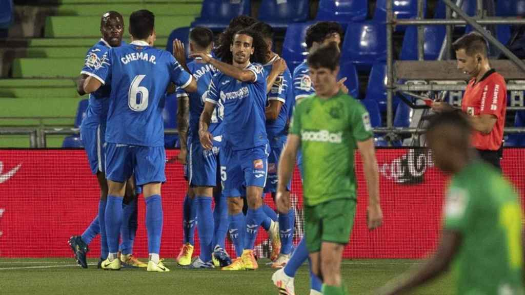 Piña de los jugadores del Getafe para celebrar uno de los goles de Jaime Mata ante la Real Sociedad