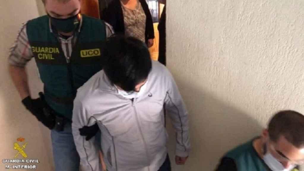 El detenido por la UCO en Madrid, saliendo de su domicilio.
