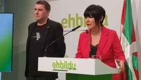 La portavoz de EH Bildu en el Parlamento Vasco, Maddalen Iriarte, junto a Arnaldo Otegi.